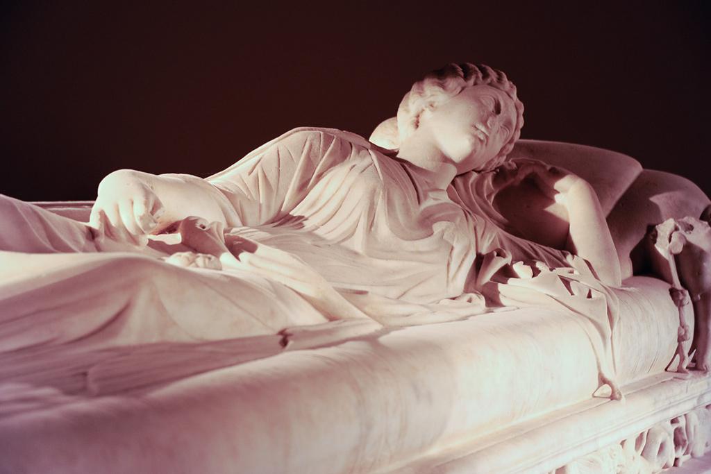 Deckel eines Sarkophags im archäologischen Nationalmuseums in Melfi. Auf einer Matratze liegt eine Frau.