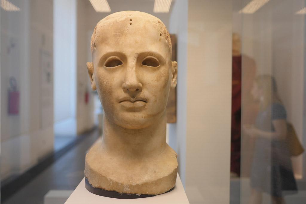 Ein Marmorkopf in einer Vitrine im archäologischen Nationalmuseums Regio Calabria.