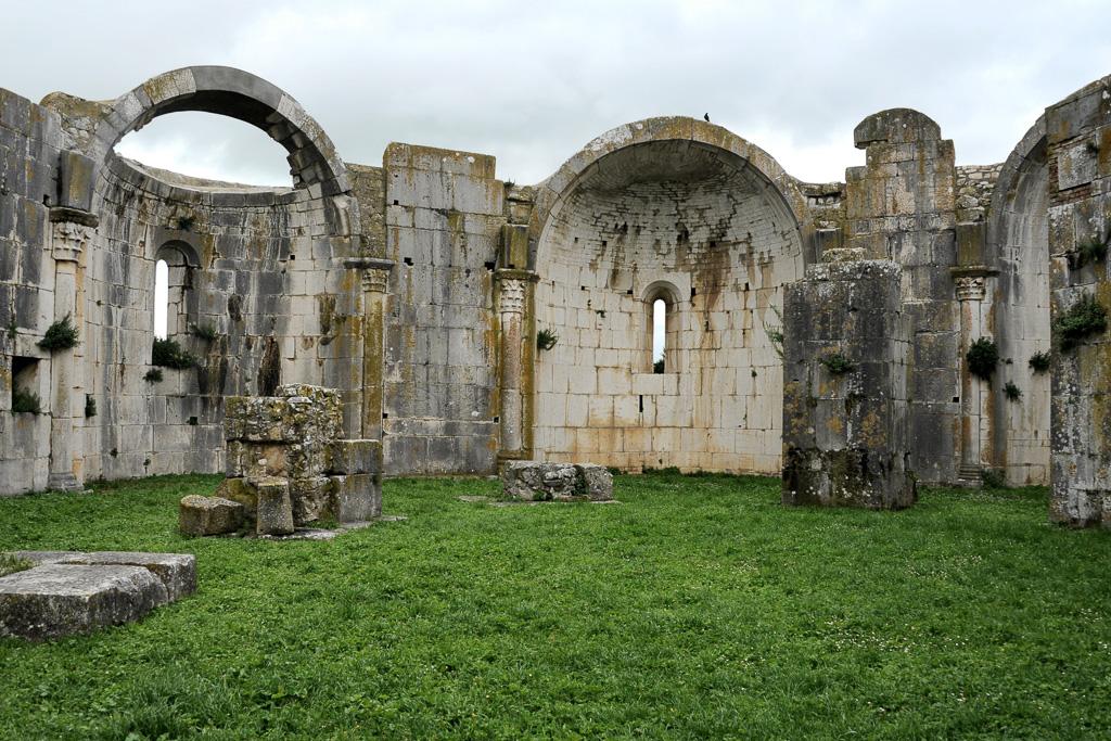 Chorruine der Chiesa Incompiuta mit Nischen und Pfeilern aus weißem Mamor.
