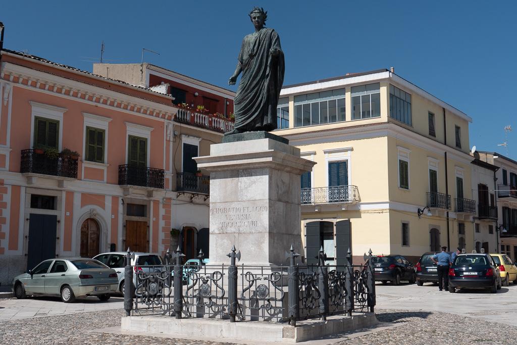 Auf dem Hauptplatz von Venosa auf einem Sockel aus weißem Marmor steht das Denkmal für Horaz aus Bronze