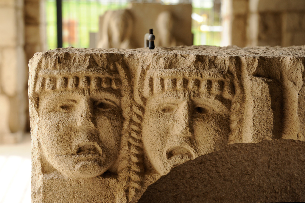 Kapitell aus der Santissima Trinità di Venosa zeigt zwei grob gearbeitete Frauenköpfe.