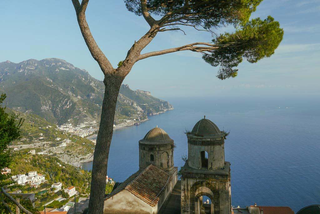 Blick von der Villa Rufolo auf die Amalfiküste.