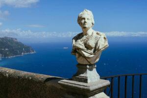 Blick auf die Amalfiküste vom Belvedere der Villa Cimbrone in Ravello.