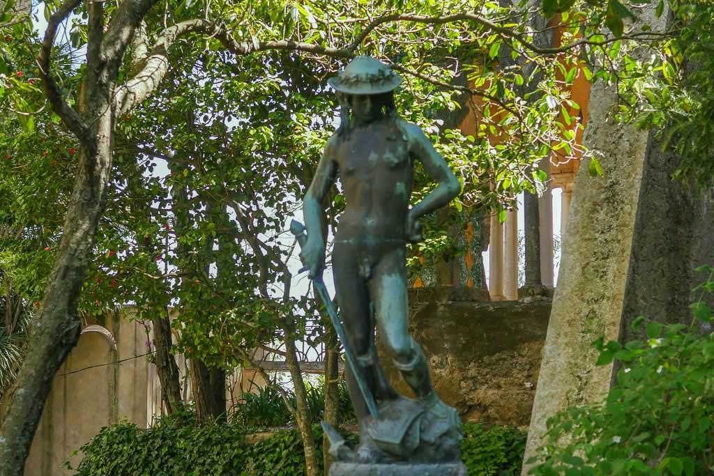 Skulptur des David im Garten der Villa Cimbrone an der Amalfiküste.