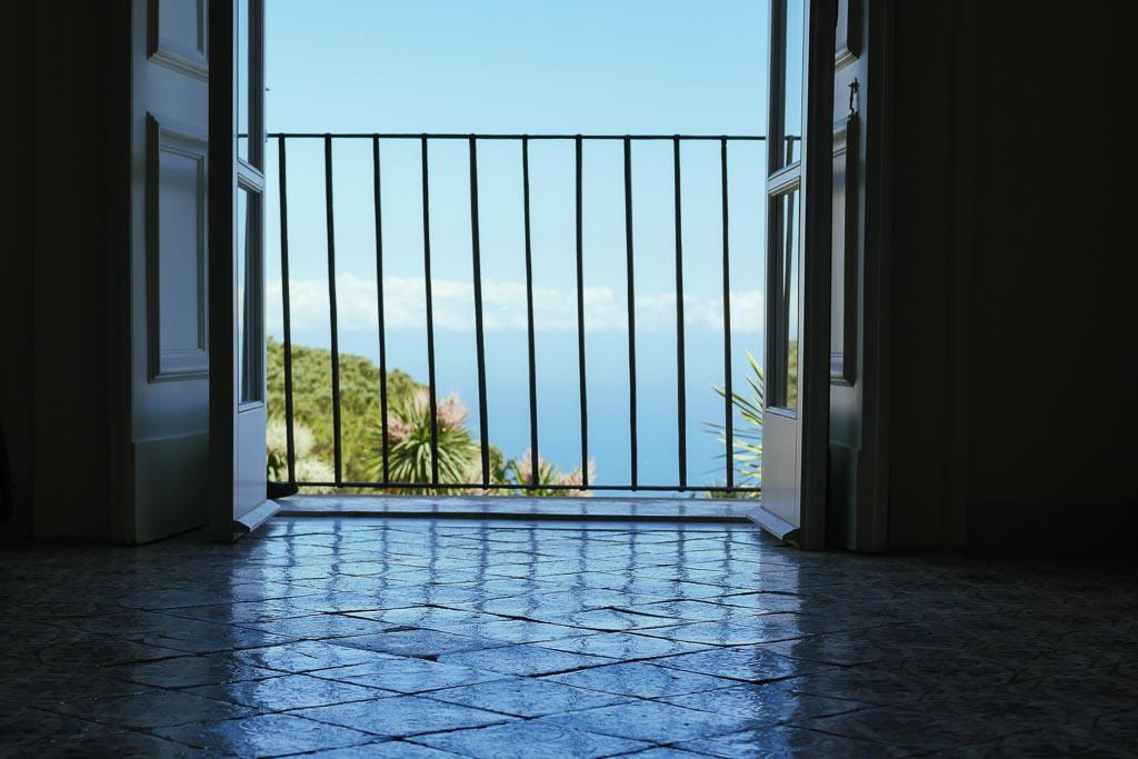 Blick durch ein Fenster der Villa Rufolo auf die Amalfiküste.