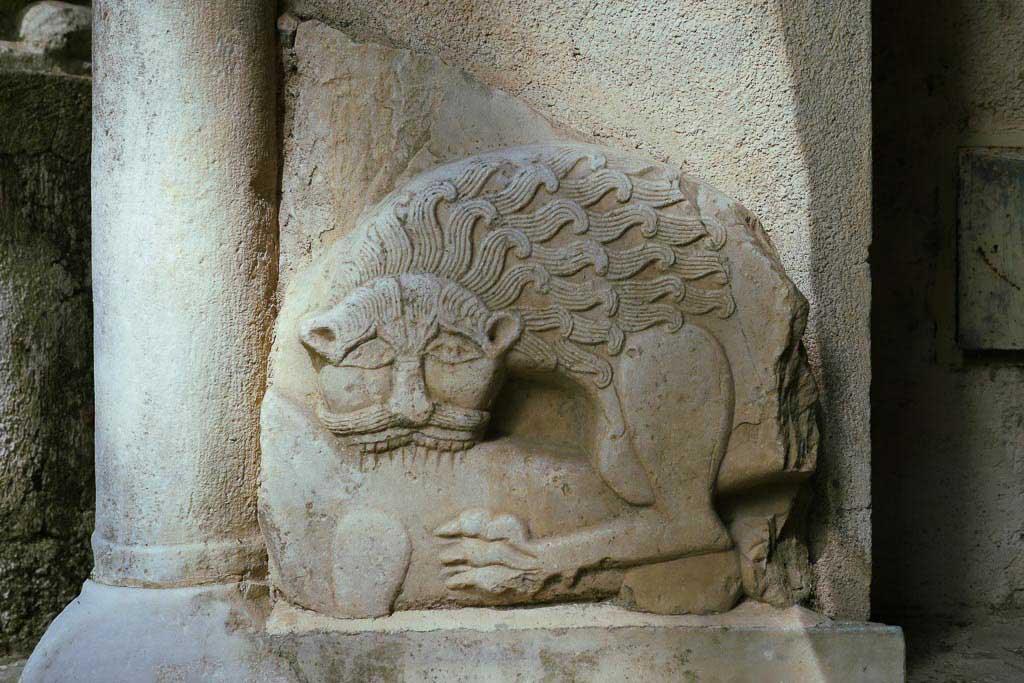 Mittelalterliches Relief mit Löwenmotiv.