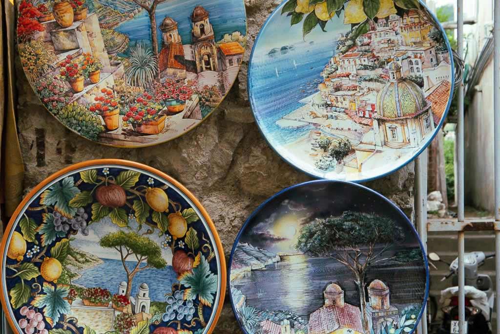 Keramik aus Vietri sul Mare mit Motiven von der Amalfiküste.
