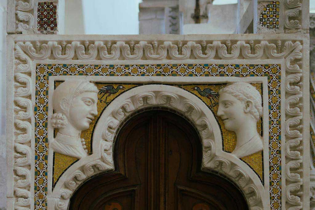 Zwei Porträts als Relief an der Kanzel im Dom von Ravello.