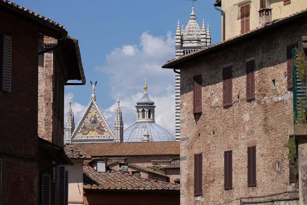 Der Dom ist immer eine Siena Sehenswürdigkeit, auch wenn nur der Giebel sichtbar ist.