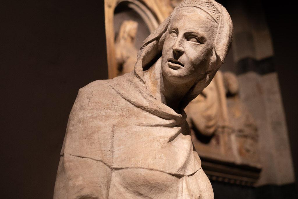 Skulptur von der Fassade des Doms im Museo dell' Opera.