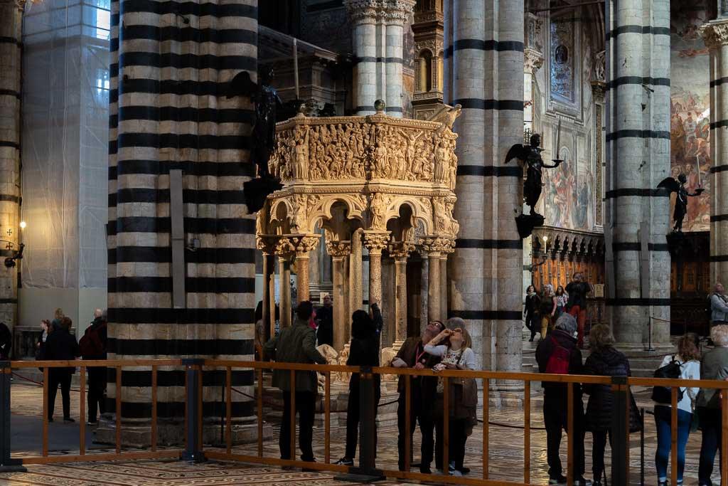 Besucher bewundern die Siena Sehenswürdigkeiten im Dom.