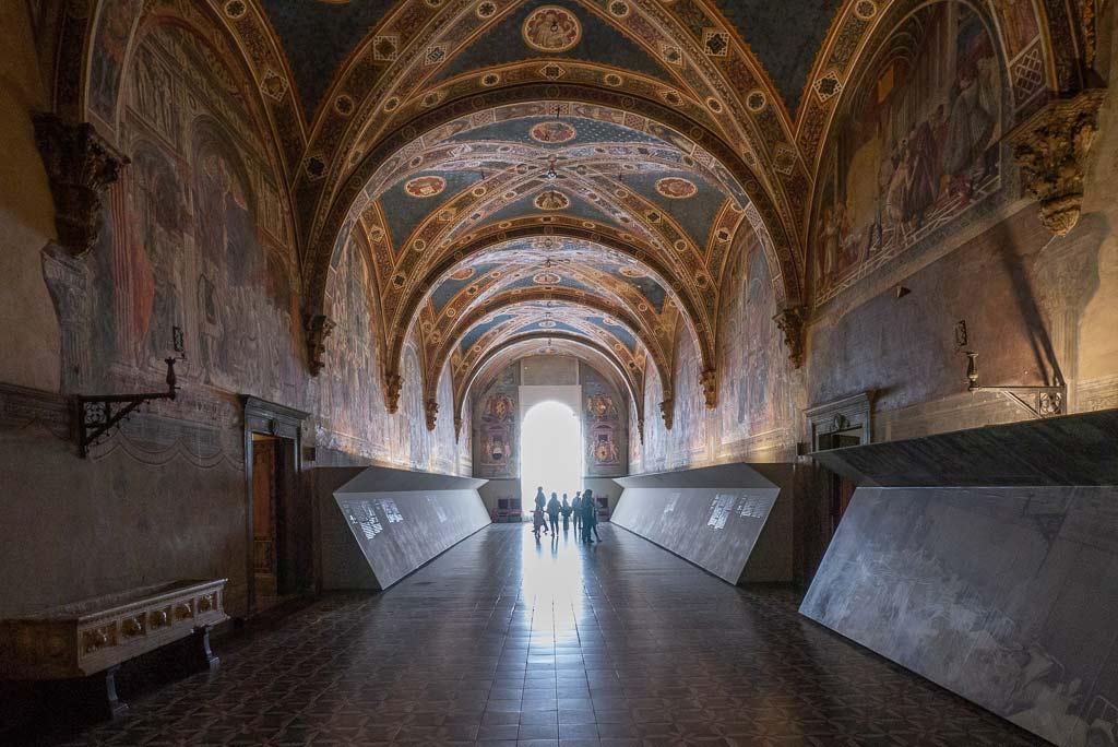 Ein mit Fresken ausgemalter Saal im Hospital Santa Maria della Scala in Siena