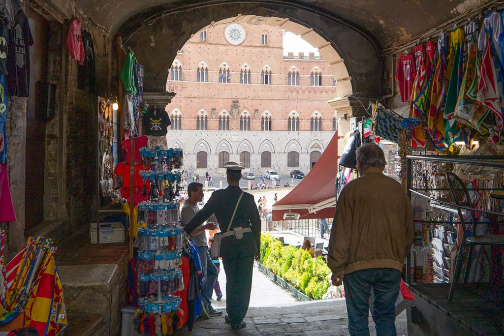Durchgang auf die Piazza del Campo in Siena.