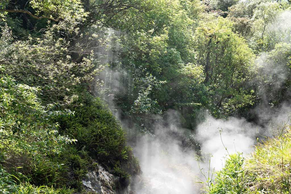 Waserdampfwolken steigen auf.