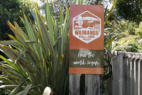 Schild mit der Aufschrift Waimangu Volcanic Valley