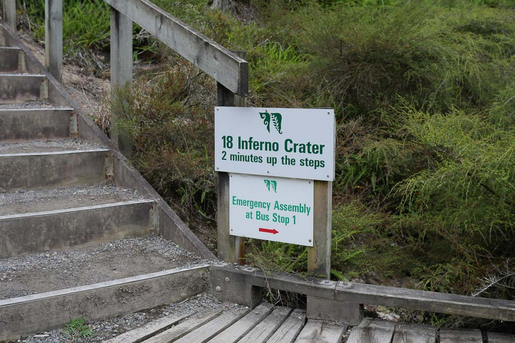 Hinweistafel auf den Inferno Crater in Neuseeland.