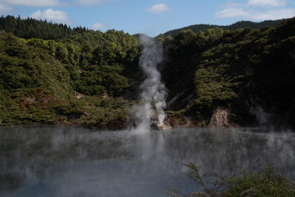 Wasserdampfschwaden über dem Frying Pan Lake.