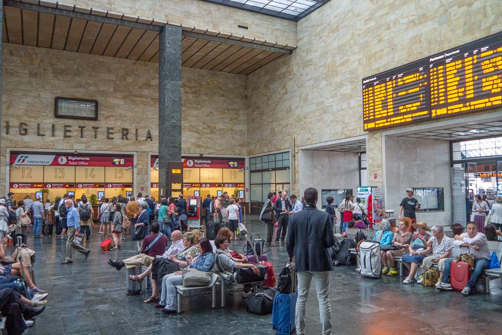 Zugreisende warten im Bahnhof von Florenz.