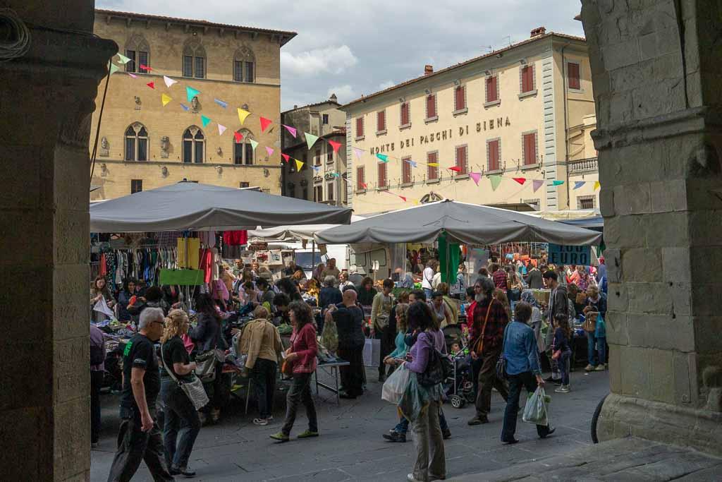 Markt auf der Piazza del Duomo in Pistoia