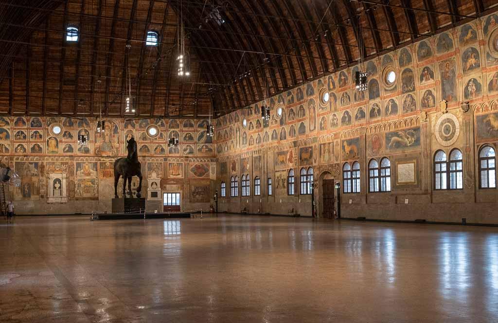 Der bemalte Innenraum des Palazzo della Ragione.
