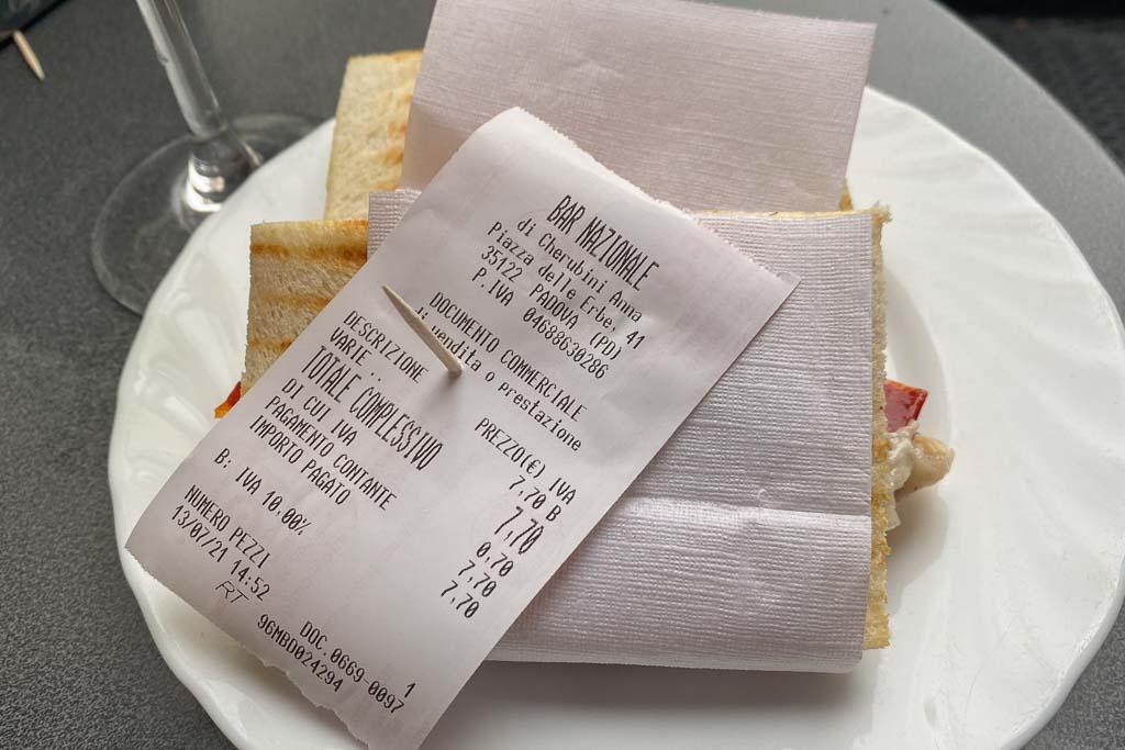 Teller mit Sandwiches in einer Bar in Padua.